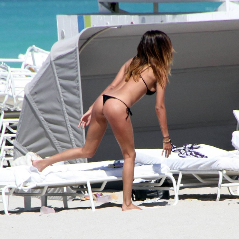 Belen Rodriguez - Candids in Miami Beach (03-2010)