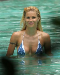 0415110646893_163_Michelle Hunziker takes a dip in the pool in Miami_050212_20