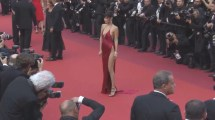 Bella Hadid ditches her underwear and wows on the red carpet (2016).mp4.0012